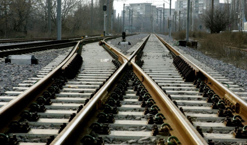 Trafic feroviar oprit, după ce un tren a lovit o maşină, şoferul fiind grav rănit