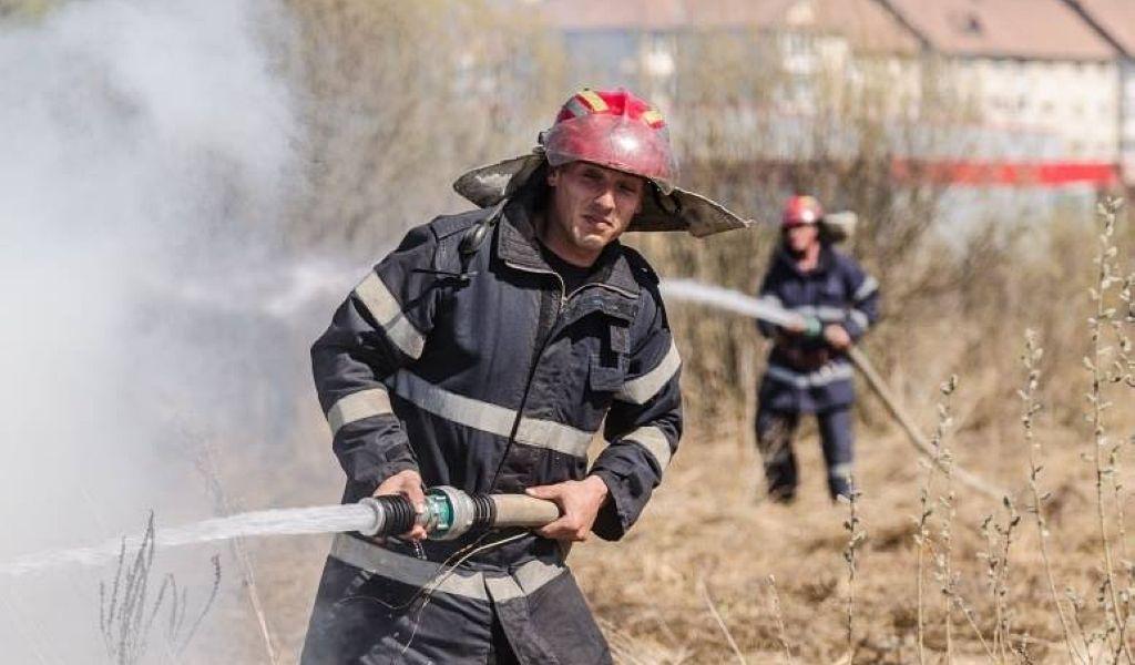 Nouă incendii de vegetație uscată într-o zi