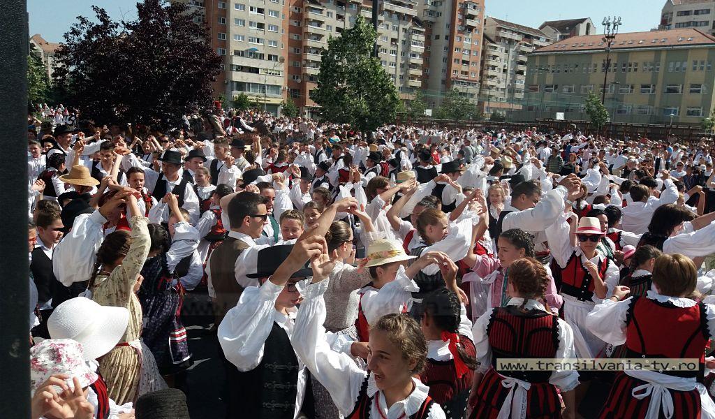 """Mii de persoane, la """"Ziua celor o mie de secuience"""", unde straiele populare """"vorbesc"""" despre purtătoarele costumelor (Galerie FOTO)"""